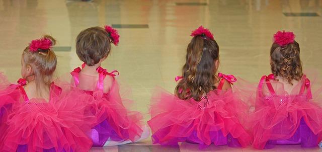małe baletnice w różowych sukienkach