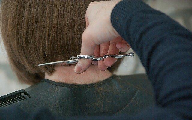 strzyżenie w zakładzie fryzjerskim