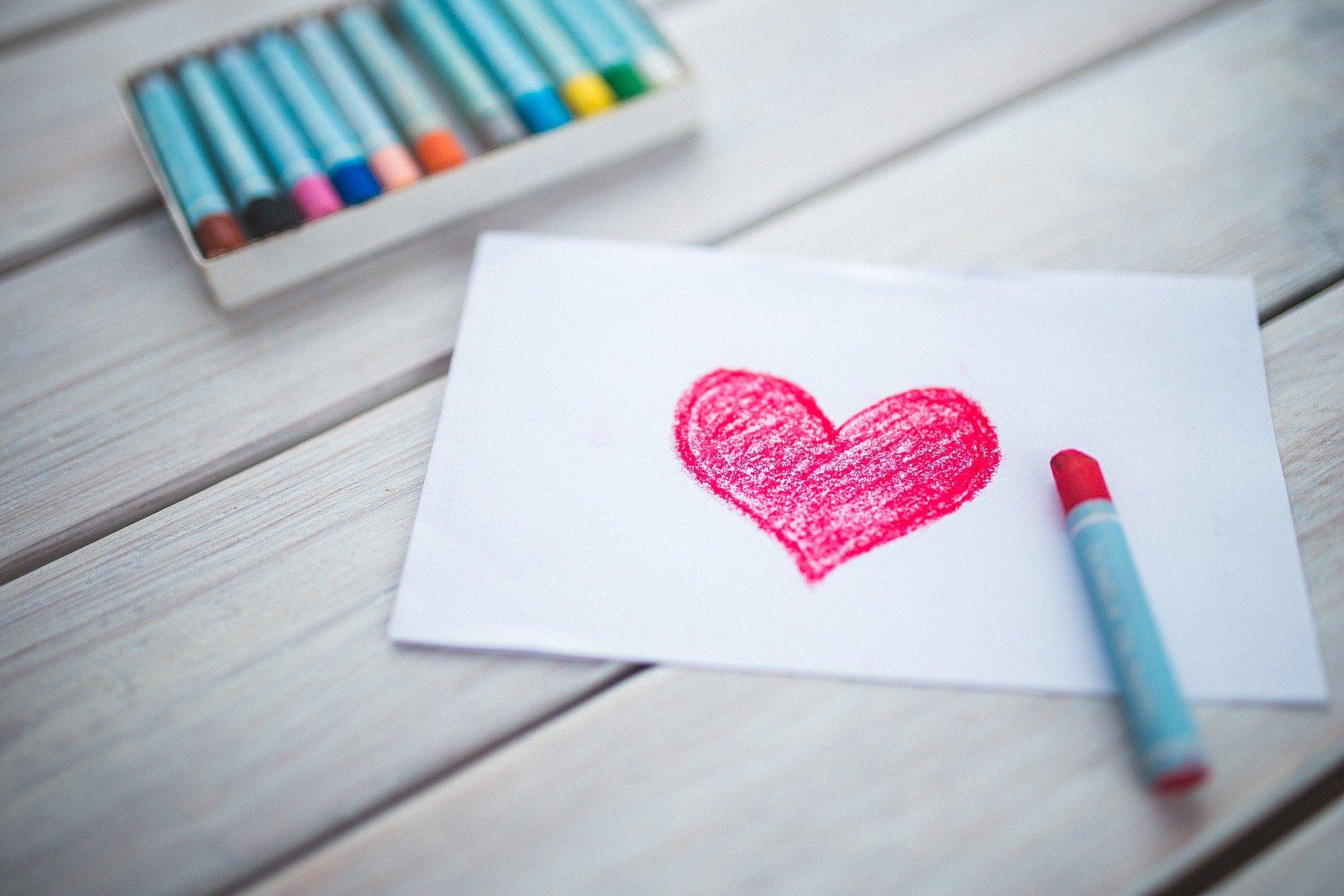 serce namalowane kredkami świecowymi