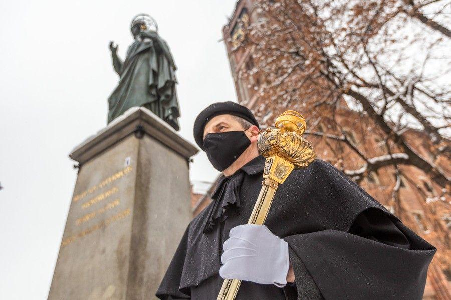 Złożenie kwiatów pod pomnikiem Mikołaja Kopernika, fot. Szymon Zdziebło/tarantoga.pl dla UMWKP