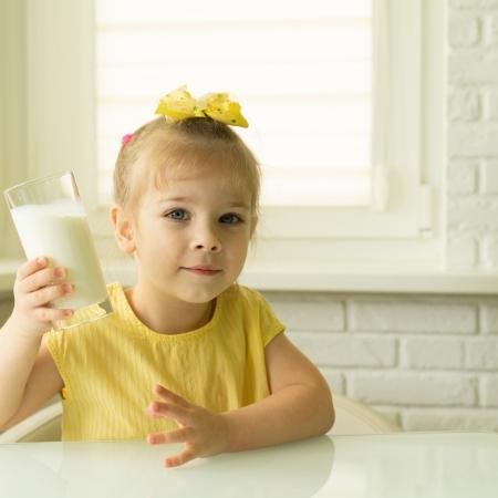 dziewczynka pije mleko