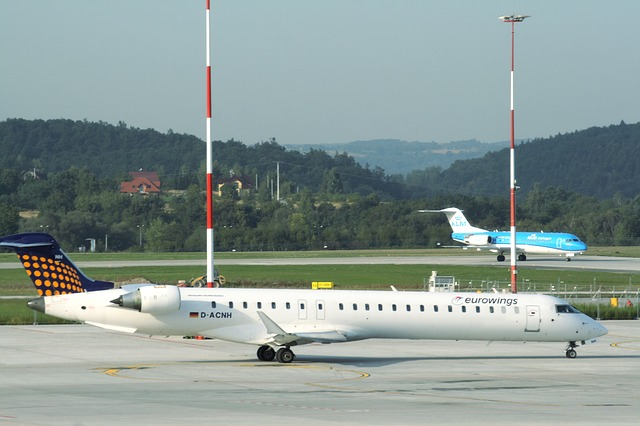 na zdjęciu samolot na lotnisku