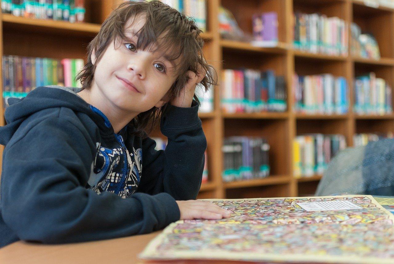 dziecko w bibliotece