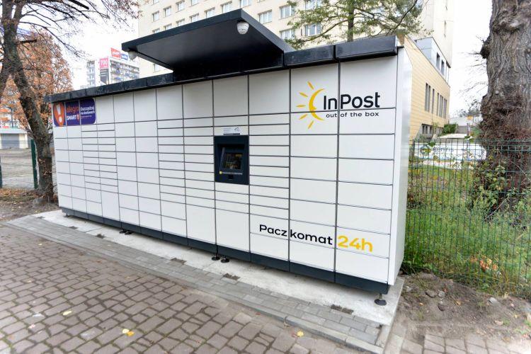 zdjęcie przedstawiające paczkomat InPost przy Książnicy Kopernikańskiej w Toruniu