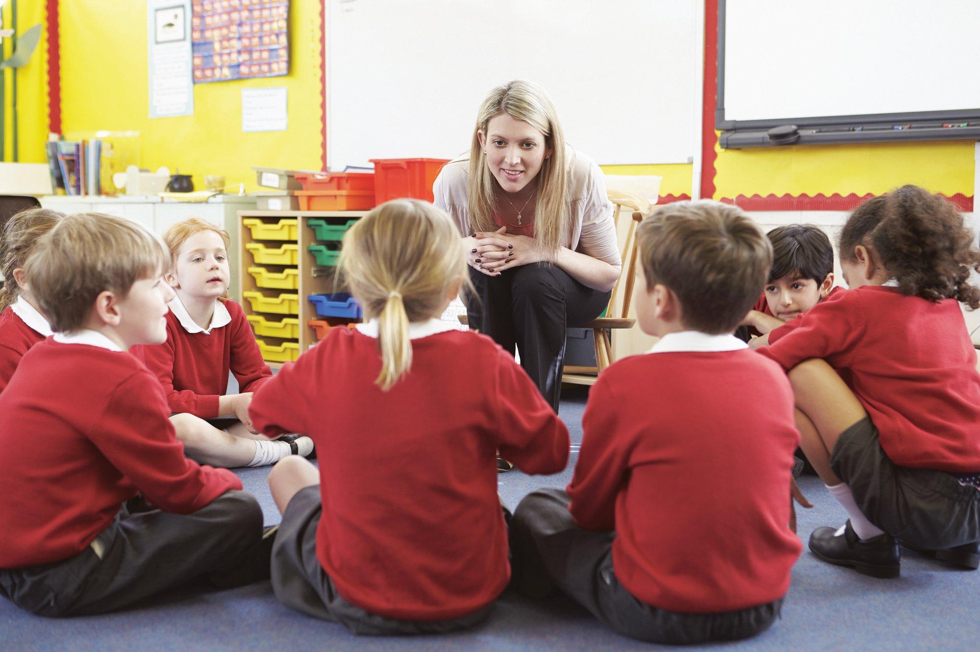 nauczycielka w czasie rozmowie z uczniami