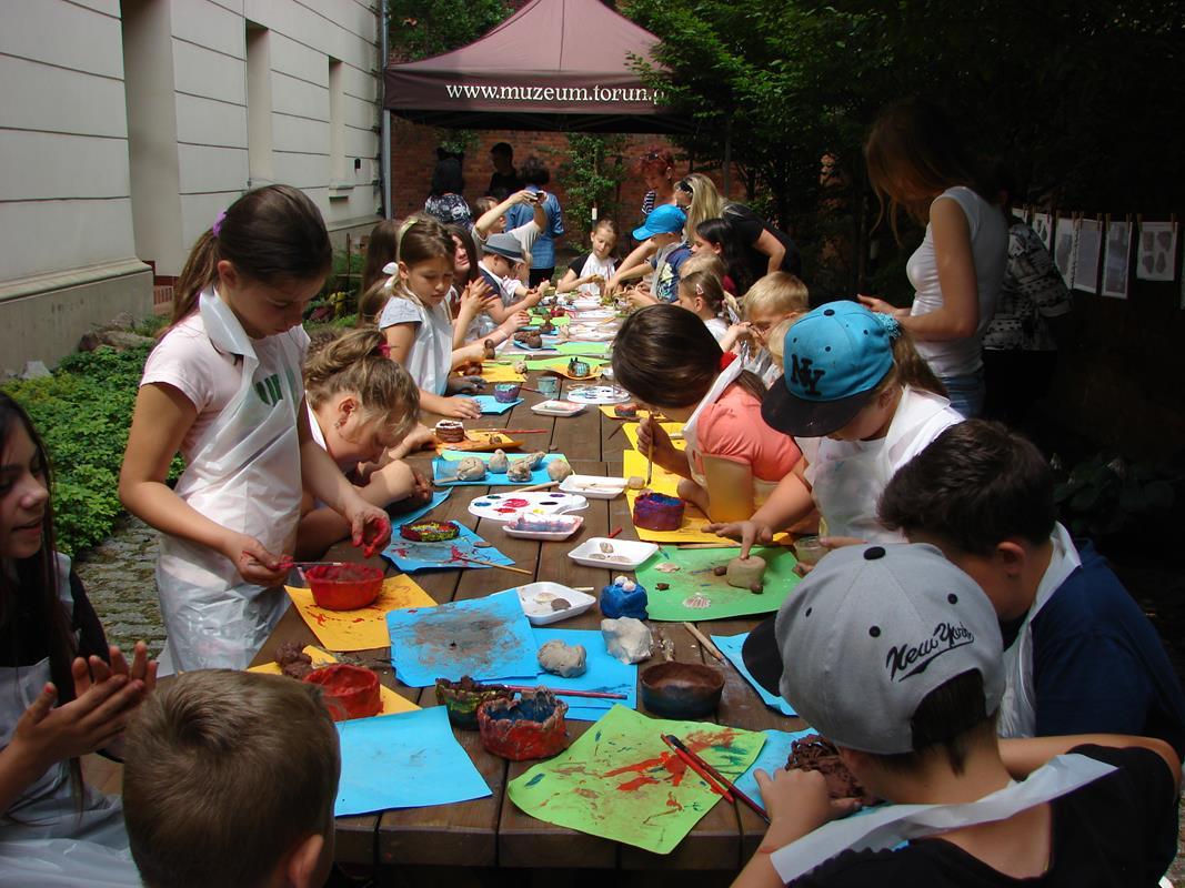 dzieci w trakcie zajęć plastycznych na świeżym powietrzu