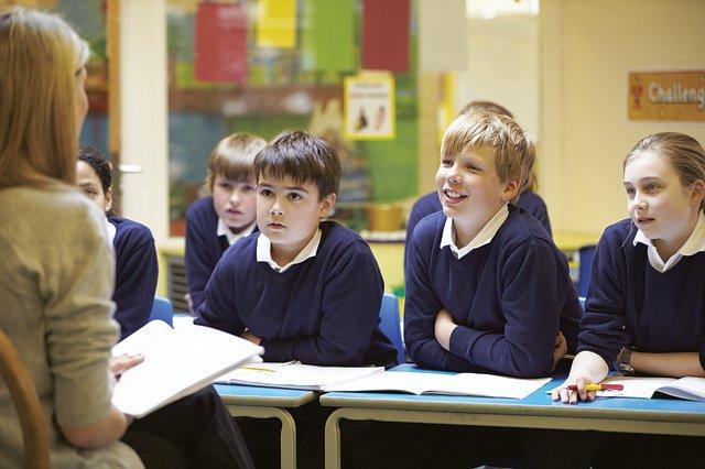 uczniowie słuchają tekstu czytanego przez nauczycielkę