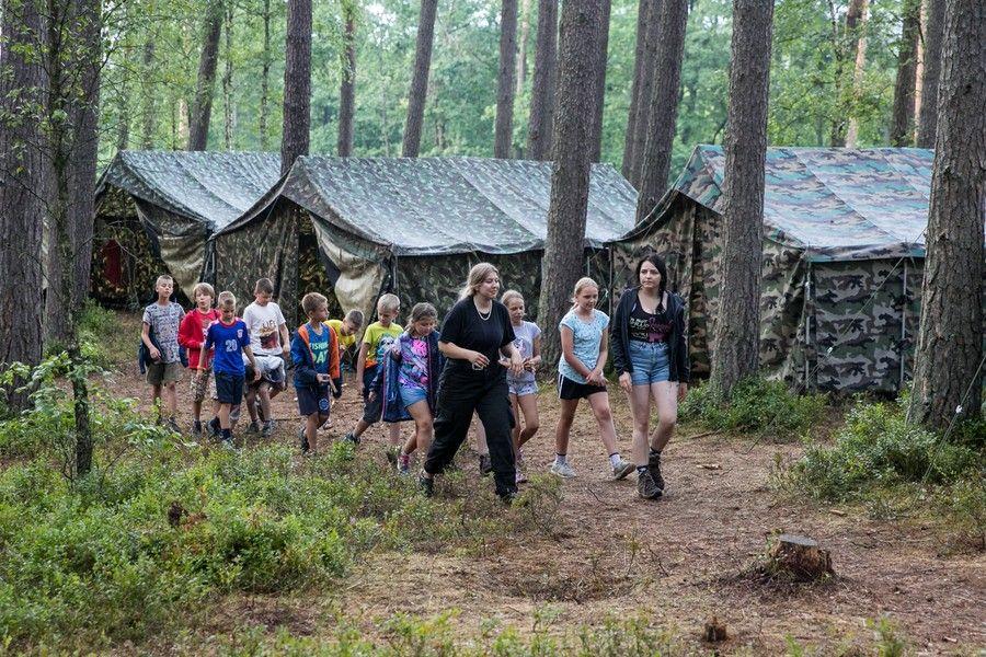 Marszałek Piotr Całbecki odwiedza harcerzy podczas obozu w Białej, fot. Andrzej Goiński/UMWKP