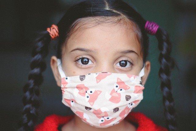 dziewczynka w masce ochronnej