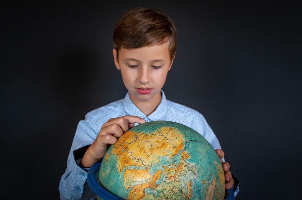 chłopiec z globusem