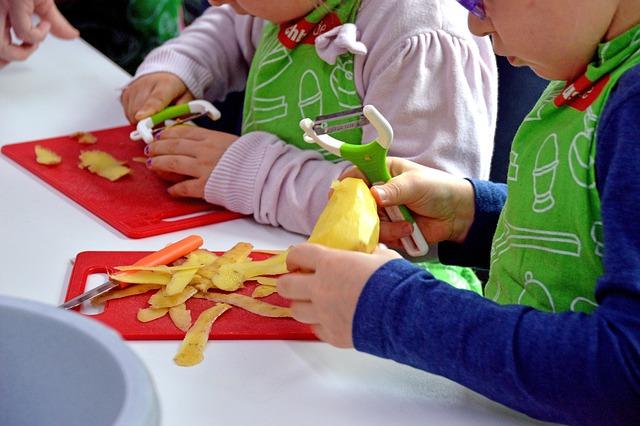 dzieci obierają ziemniaki